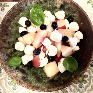 桃とブルーベリー&チーズのサラダ